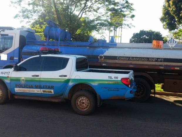 Caminhão tanque carregado com 14 mil litros de óleo queimado (Foto: PMA/ Divulgação)