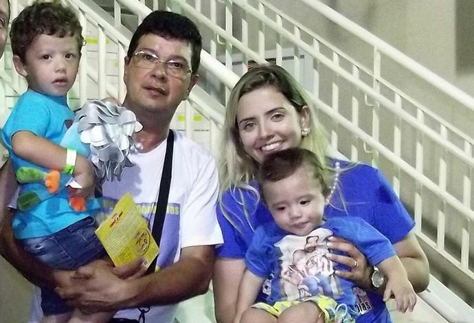 Descrição da imagem: pai, esposa e os dois filhos na torcida por Daniel Dias (Foto: Reprodução / Facebook)
