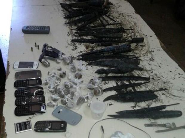 Durante revistas, agentes encontraram dezenas de facas artesanais, drogas e uma pistola (Foto: Divulgação/Coape)