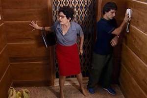 Vilma e Beto ficam presos no elevador (Foto: reprodução/TV Globo)