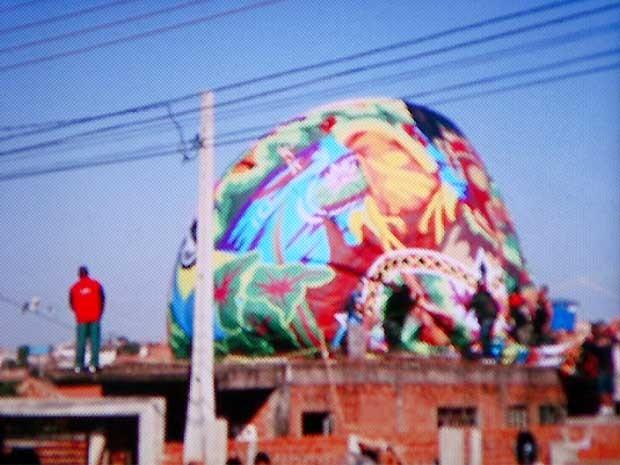 Grupo invade casa para retirar balão no bairro Bom Retiro (Foto: Reprodução EPTV)