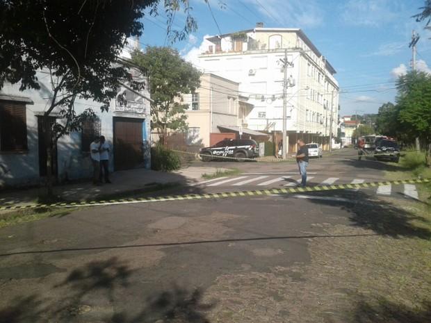 Crime ocorreu na Rua Padre Caldas, Zona Leste de Porto Alegre (Foto: Estêvão Pires/RBS TV)