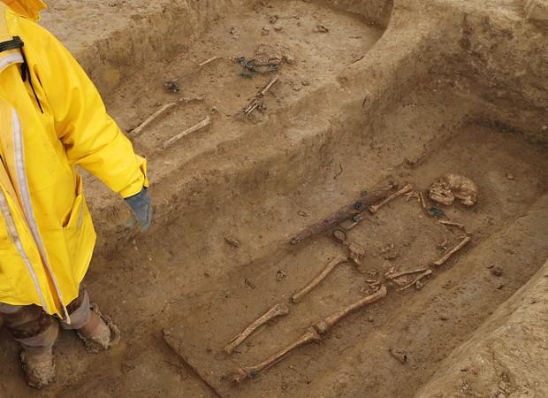 Foram identificados 30 túmulos, sendo que cinco das ossadas pertencem a homens guerreiros, segundo os arqueólogos (Foto: François Nascimbeni/AFP)
