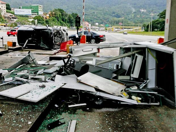 Cabine de pedágio ficou totalmente destruída após colisão (Foto: Mario Ângelo/SigmaPress/Estadão Conteúdo)
