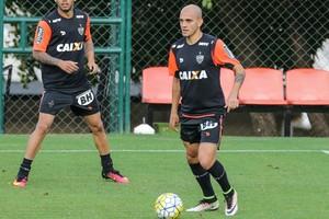 Carlos e Fábio Santos, Atlético-MG (Foto: Bruno Cantini/ Flickr Atlético-MG)
