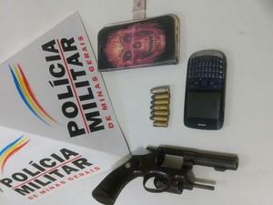 Arma apreendida com os autores, após abordagem da PM (Foto: Polícia Militar/Divulgação)