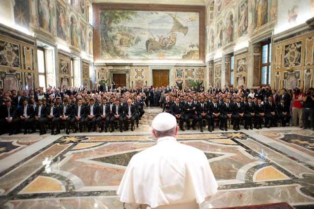 Equipes da Itália e da Argentina participam de audiência com o papa no Vaticano (Foto: AP/Osservatore Romano)