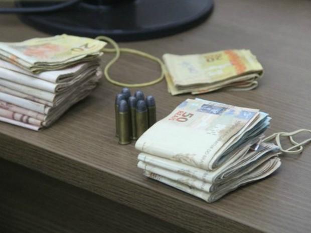 Dinheiro e diamantes foram achados dentro de bar (Foto: Alerta Espigão/Reprodução)