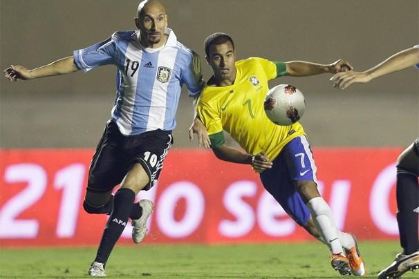 Guiñazu aperta a marcação sobre Lucas na primeira partida do Superclássico em Goiânia (Foto: Associated Press)
