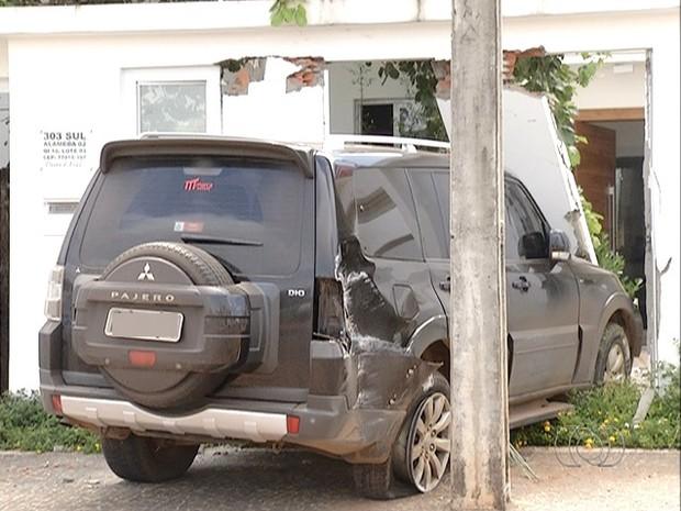 Carro ficou como a parte da frente destruída  (Foto: Reprodução/TV Anhanguera)