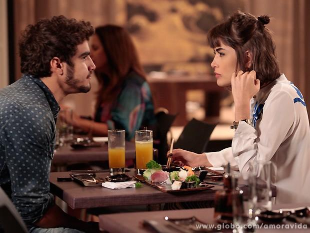 Michel quase não acredita em seus ouvidos quando Patrícia lhe dá a notícia... (Foto: Amor à Vida / TV Globo)