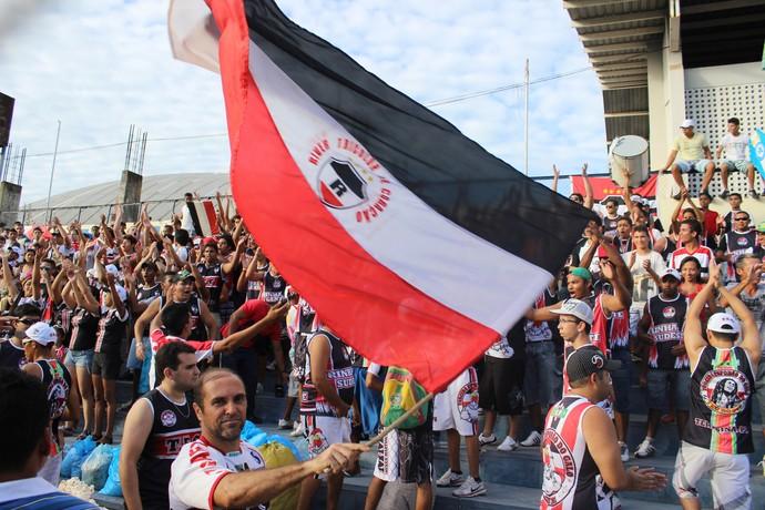 No estádio Lindolfo Monteiro, 'Esporão do Galo' faz a festa nas arquibancadas (Foto: Renan Morais/GLOBOESPORTE.COM)