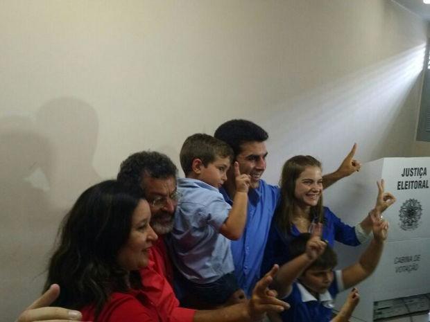 Helder Barbalho votou em Ananindeua acompanhado da família e de Paulo Rocha, candidato ao senado pelo PT (Foto: Pedro Cruz / G1)