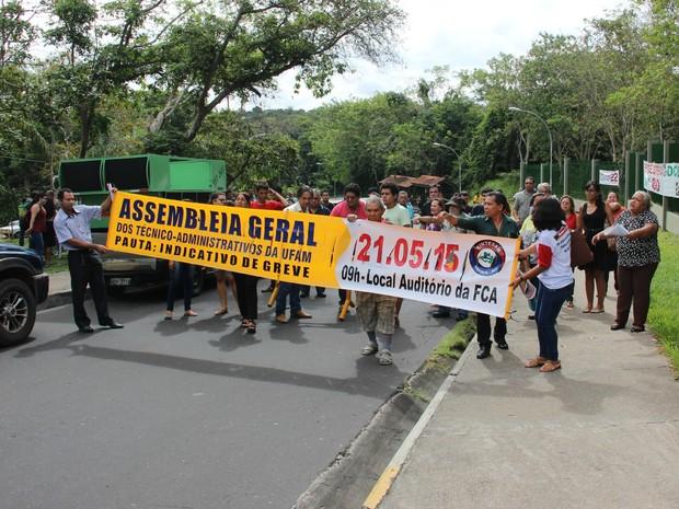 Ato reuniu mais de 100 pessoas segundo ADUA em frente ao campus da UFAM (Foto: Luis Henrique Oliveira/G1 AM)