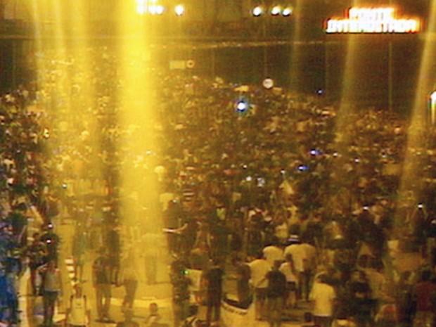 Manifestantes cruzam a Terceira Ponte. (Foto: Reprodução/ Rodosol)