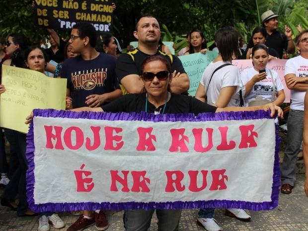 Professora durante protesto nesta manhã (Foto: Diego Toledano/G1 AM)