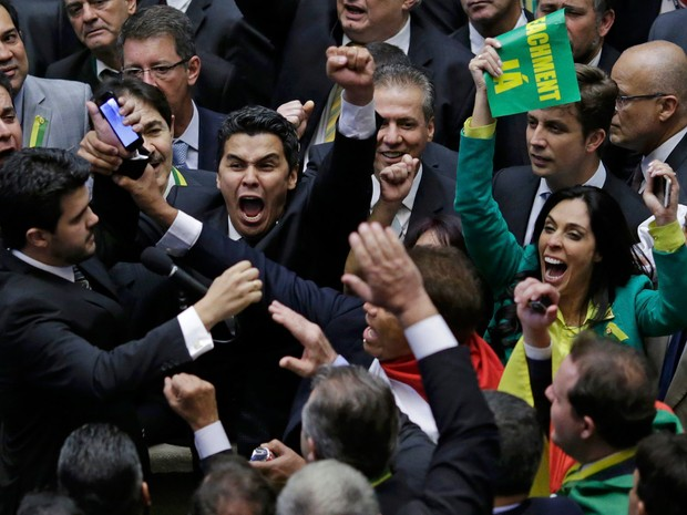 Deputados comemoram após conquista da quantidade de votos necessários para prosseguimento do processo de impeachment da presidente Dilma Rousseff no Plenário da Câmara dos Deputados, em Brasília (Foto: Ueslei Marcelino/Reuters)