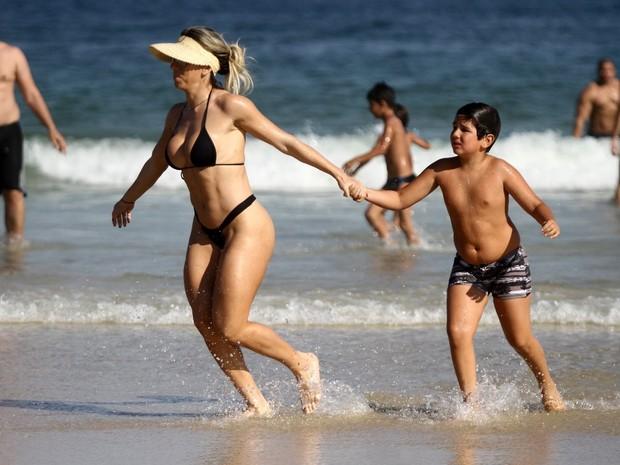 Andrea de Andrade na praia com o filho (Foto: Marcos Ferreira / Foto Rio News)