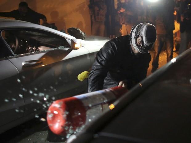 Carros depredados após ato do MPL (Foto: REUTERS/Nacho Doce)