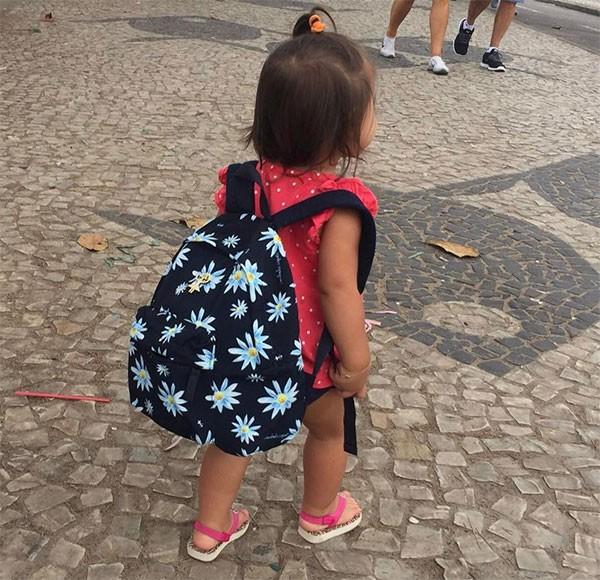 Maria Flor e sua mochila (Foto: Reprodução/Instagram)