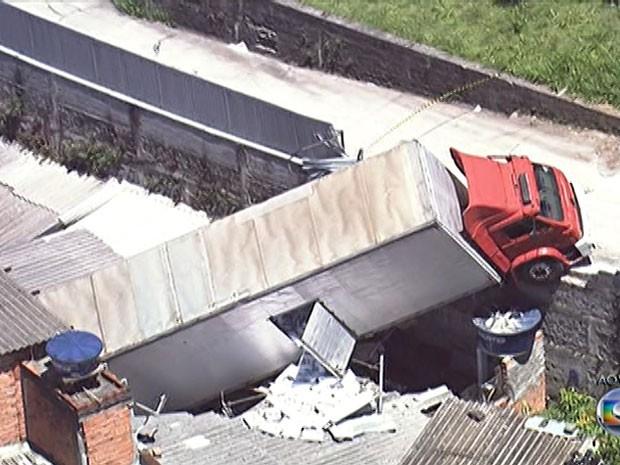 Caminhão invade casas (Foto: Reprodução/TV Globo)