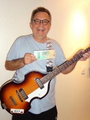 Amarildo Paulo sonha em ter o contrabaixo autografado por Paul McCartney, em Goiânia (Foto: Reprodução/ Arquivo pessoal)
