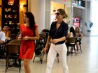Decotada, Grazi Massafera embarca em aeroporto no Rio
