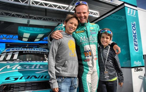 Rubens Barrichello com os filhos Eduardo e Fernando no box da Stock Car (Foto: Miguel Costa Jr. / divulgação)