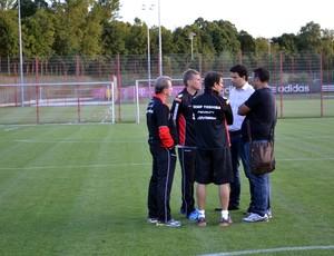 Paulo Autuori conversa com Gustavo Vieira de Oliveira (Foto: Site Oficial / saopaulofc.net)