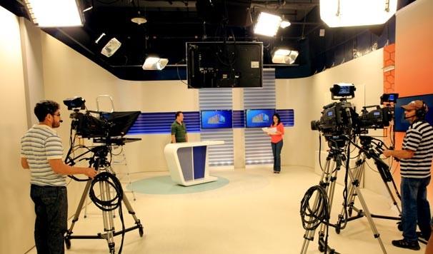 Antes do telejornal entrar no ar, apresentadores ensaiam e revisam textos (Foto: Katylenin França/TV Clube)