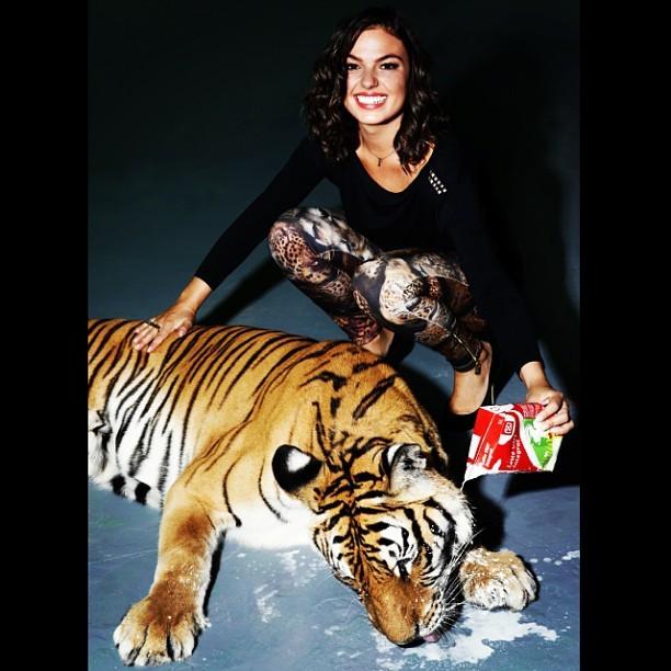 Ísis Valverde dando leite para Tigre (Foto: Instagram / Reprodução)