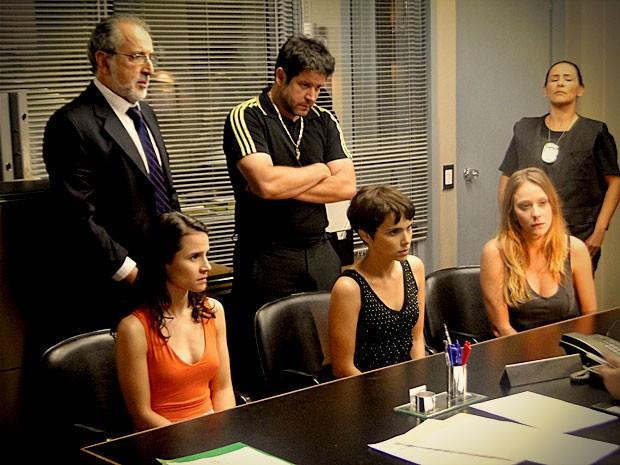 Begônia assume culpa para tirar Nina da prisão (Foto: Avenida Brasil / TV Globo)