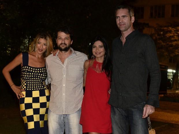 Marcelo Serrado e a mulher, Roberta, e Anna Lima e o namorado, Leonardo Motta, em festa na Zona Sul do Rio (Foto: Roberto Teixeira/ EGO)