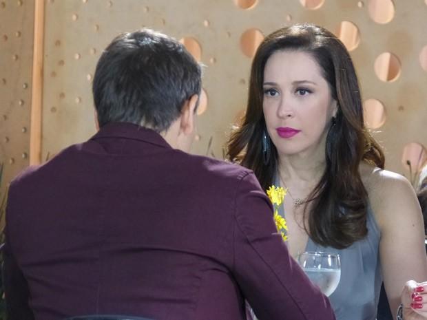 Lívia fica passada ao descobrir que Théo vai ser pai (Foto: Salve Jorge/TV Globo)