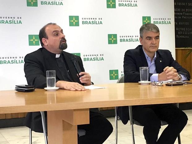 O padre  Paulo Renato de Campos e o secretário da Casa Civil do DF, Sérgio Sampaio, durante entrevista sobre desocupação em área do Noroeste (Foto: Luiza Garonce/G1)