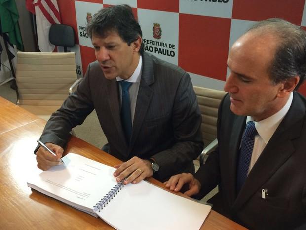 Prefeito Fernando Haddad (esq.) e representante do Nesp (Foto: Márcio Pinho/G1)