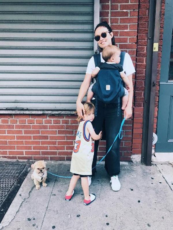 Olivia com os filhos Otis e Daisy (Foto: Reprodução/Instagram)