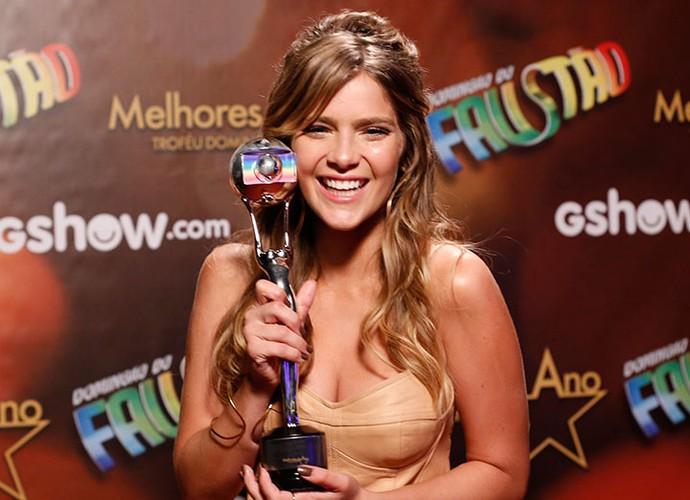 Quanta felicidade, gente!!! Isabella leva o prêmio de Atriz Revelação (Foto: Ellen Soares/Gshow)