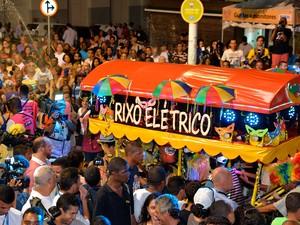 Foliões conferem a passagem do Rixo Elétrico pelas ruas do Centro Histórico de Salvador (Foto: Elias Dantas/Ag. Haack)