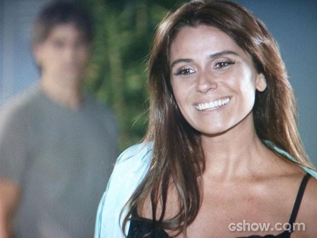 Clara toda feliz mostrando a lingerie nova para a amiga e Cadu chega (Foto: Em Família/TV Globo)