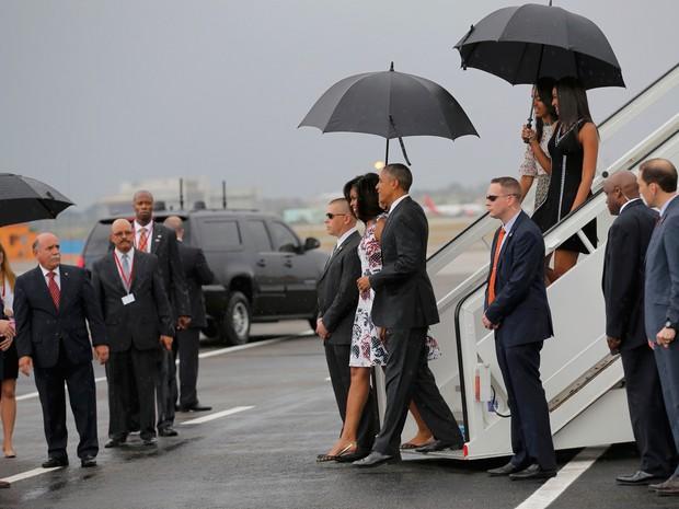 Obama chega a Cuba com a família (Foto: Carlos Barria/Reuters)