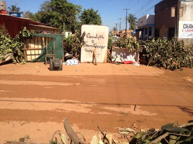 Rua Antônio Violão foi fechada na tarde deste domingo (28) em Porto Velho,  (Foto: Ísis Capistrano/ G1)