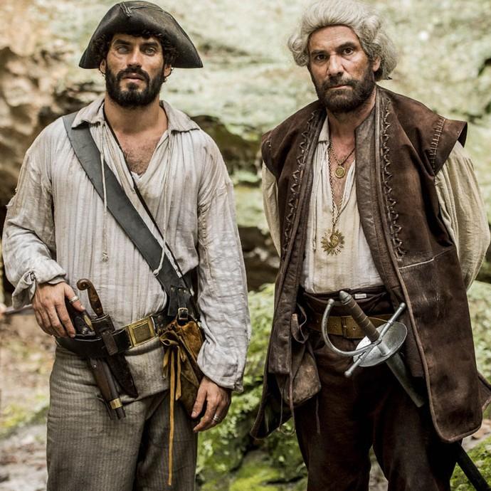 Nikolas Antunes e Marco Ricca posam caracterizados como nas gravações de Liberdade, liberdade (Foto: João Cotta / TV Globo)