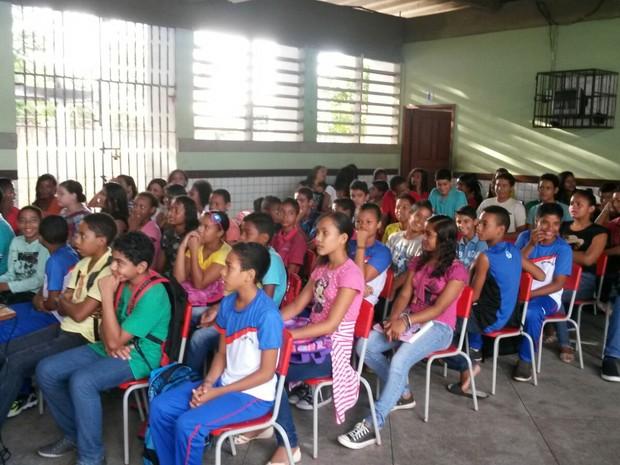 Durante ação de conscientização, alunos recebem aula sobre Aedes em São Luís (Foto: Joyce Mackay/ G1)
