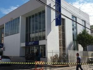 Banco Mercantil do Brasil foi assaltado por quadrilha armada (Foto: Cláudio Nascimento/ TV TEM)