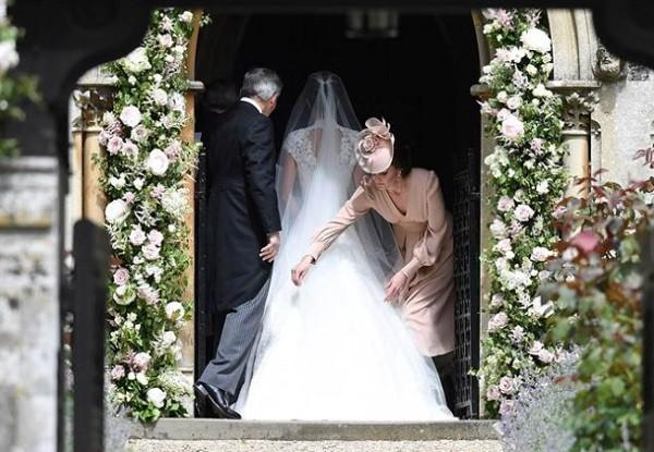 Making of: Kate ajeita a cauda do vestido da irmã, Pippa, instantes antes de ela subir ao altar (Foto: Reprodução/ Instagram)