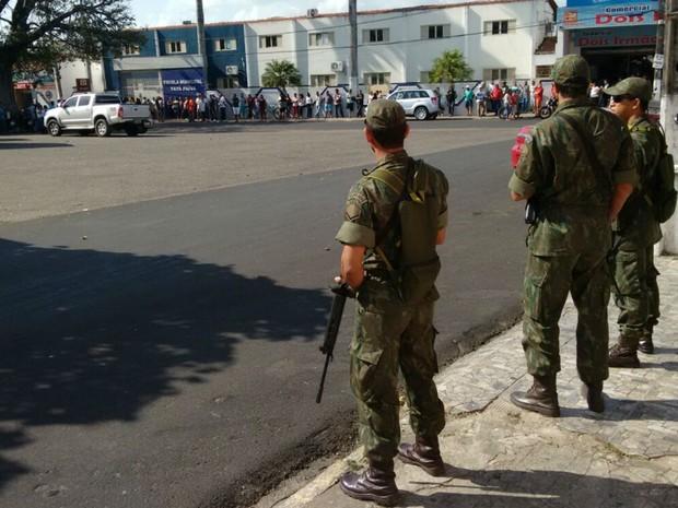 Homens da Marinha do Brasil patrulham ruas em Nísia Floresta, RN (Foto: Marinha do Brasil/Divulgação)