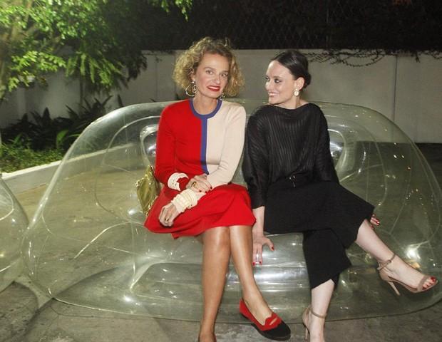 A colunista Ucha Meirelles e a editora Vânia Goy num dos sofás infláveis da festa (Foto: Charles Naseh )