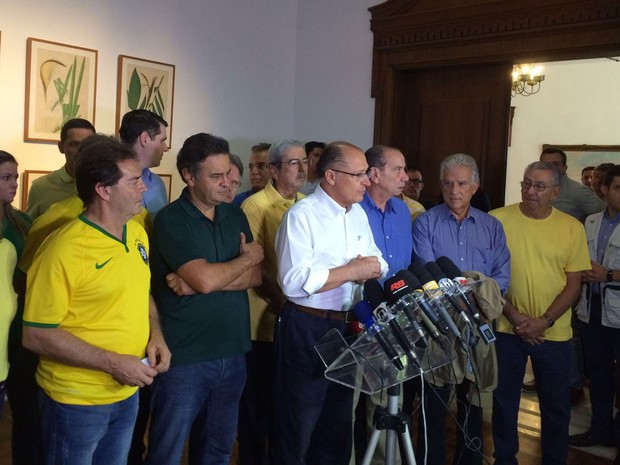 Aécio Neves e Geraldo Alckmin se encontram no Palácios dos Bandeirantes, de onde saíram para protesto na Paulista (Foto: Letícia Macedo/G1)