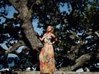 Em ensaio de moda, Juliana Silveira dá boas-vindas à primavera e posa com looks florais